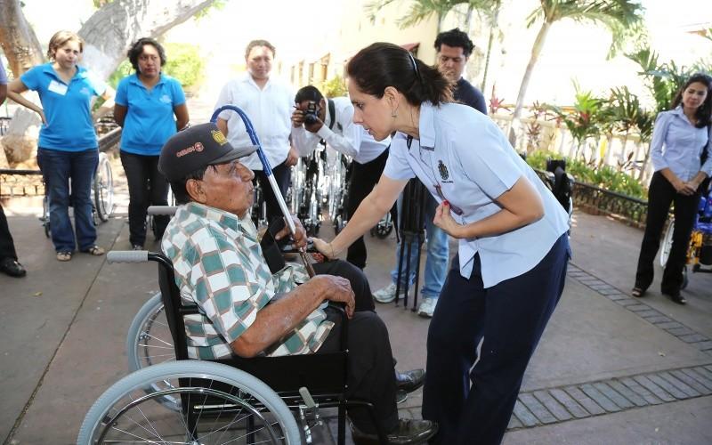 Dif m rida entrega sillas de ruedas y aparatos auditivos for Sillas para vigilantes