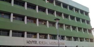 Viacrucis de una anciana en el Hospital O' Horán