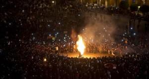 Encapuchados se enfrentan a la policía frente al Palacio Nacional