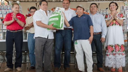 El Gobernador entrega apoyos del programa Peso a Peso por más de 30 mdp